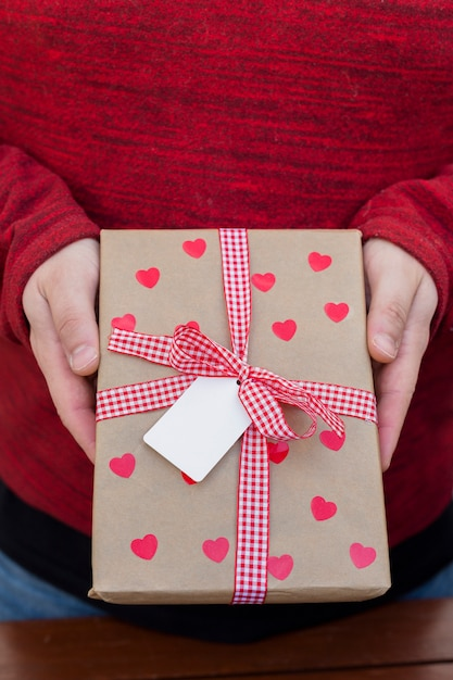 Pessoa, segurando, caixa presente grande, em, mãos Foto gratuita
