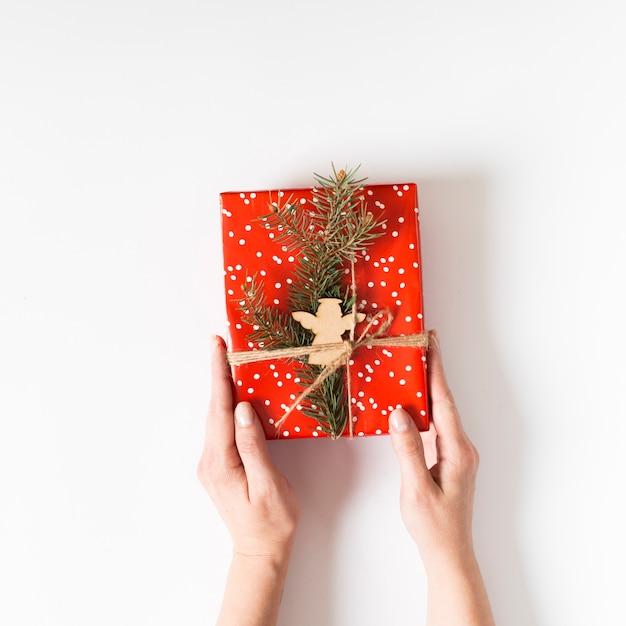 Pessoa, segurando, caixa presente vermelha, em, mãos Foto gratuita