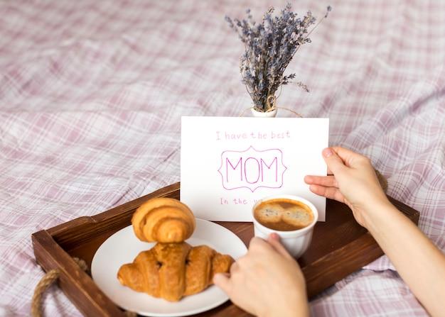 Pessoa, segurando, cartão cumprimento, e, xícara café, ligado, bandeja Foto gratuita