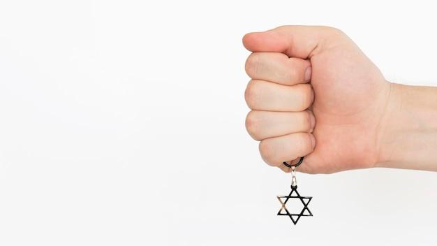 Pessoa, segurando, estrela pingente david, mão Foto gratuita
