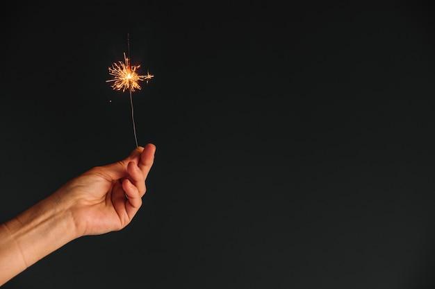 Pessoa, segurando, luz bengal, em, mão Foto gratuita