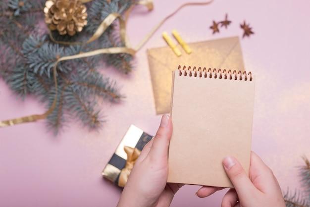 Pessoa, segurando, notepad, acima, natal, tabela Foto gratuita