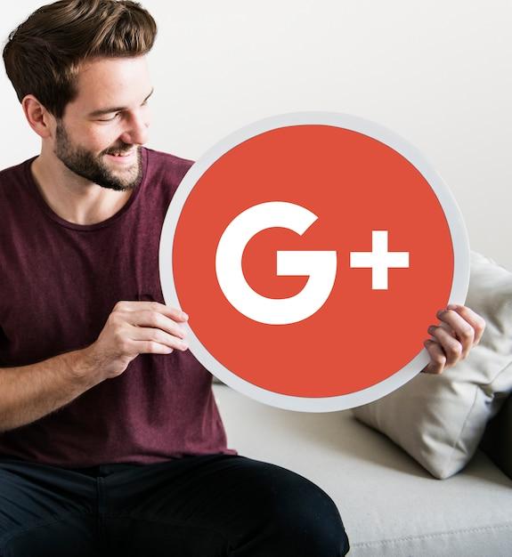 Pessoa segurando um ícone do google plus Foto gratuita
