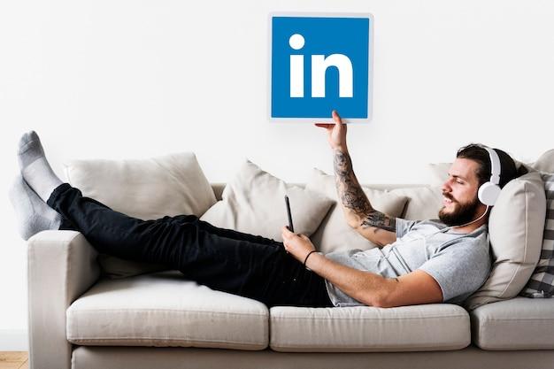 Pessoa segurando um ícone do linkedin Foto gratuita
