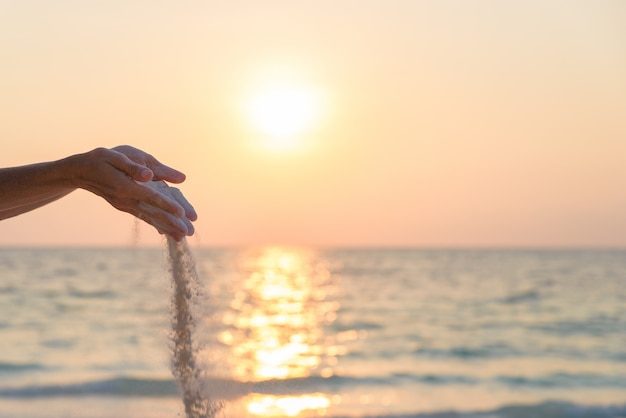 Pessoa, soltar areia, de, mãos Foto Premium