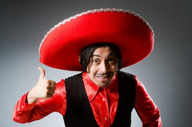 Pessoa usando chapéu sombrero no conceito engraçado Foto Premium