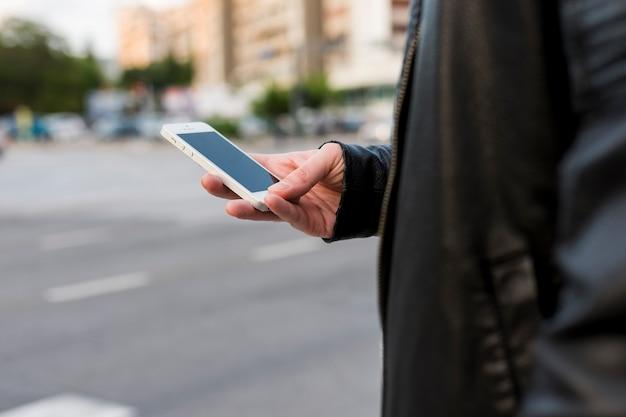 Pessoa, usando, smartphone, rua Foto gratuita
