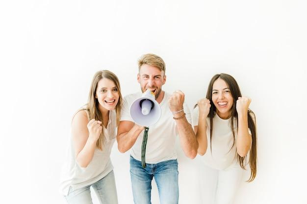 Pessoas, alegrando, com, megafone, em, estúdio Foto gratuita