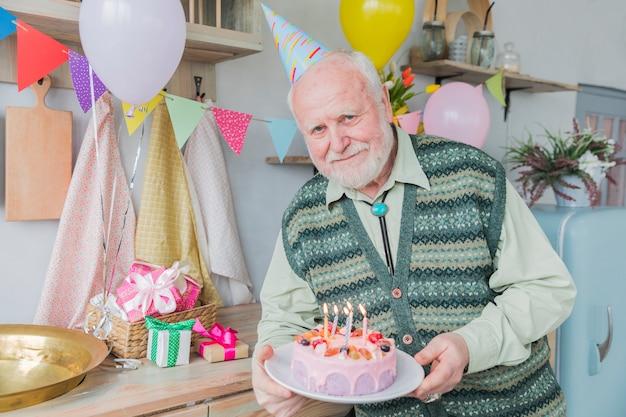 Pessoas altas comemorando aniversário Foto gratuita
