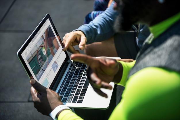 Pessoas assistindo vídeo clip de tênis no dispositivo digital Foto gratuita
