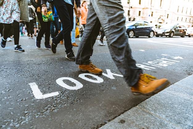 Pessoas atravessando a rua em londres Foto Premium