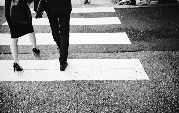 Pessoas atravessando uma estrada da cidade Foto gratuita