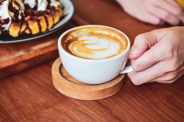 Pessoas bebendo café com leite Foto Premium
