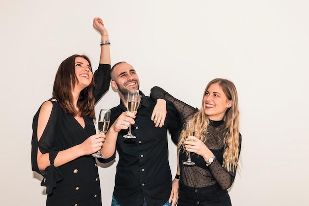 Pessoas, bebendo, champanhe, de, óculos Foto gratuita