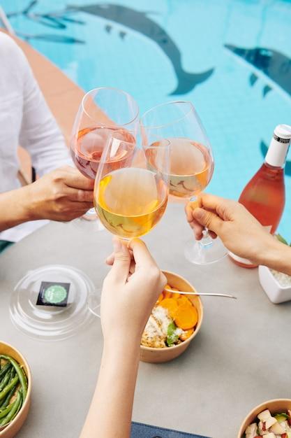 Pessoas bebendo vinho no almoço Foto Premium