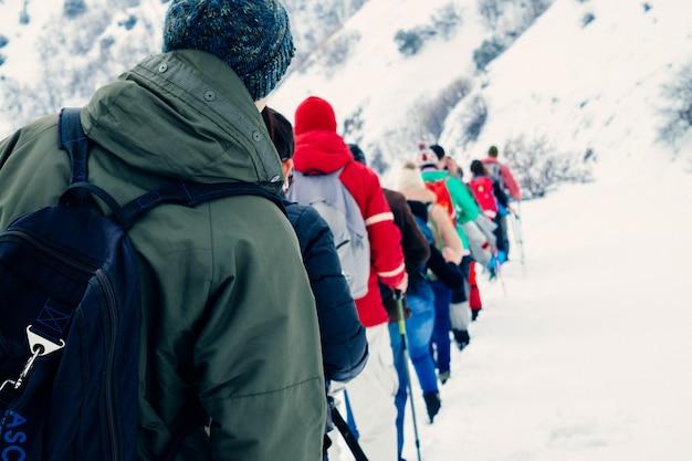 Pessoas caminhando nas montanhas Foto gratuita
