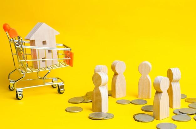 Pessoas, casa no carrinho de supermercado Foto Premium