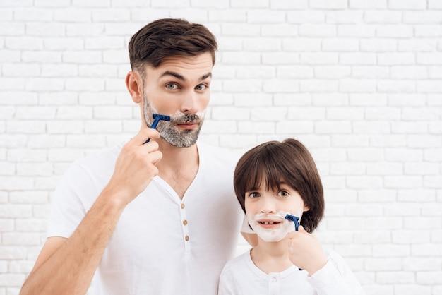 Pessoas com cabelos escuros aprendem a se barbear. Foto Premium