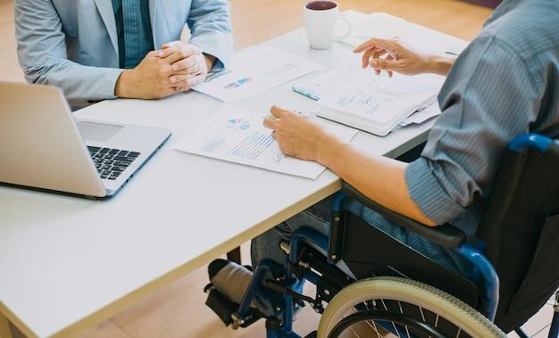 Pessoas com deficiência em cadeiras de rodas podem retornar ao trabalho após a reabilitação Foto Premium