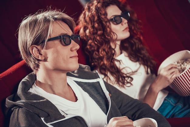 Pessoas com óculos 3d estão assistindo filme Foto Premium