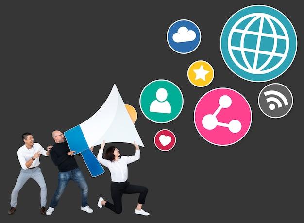 Pessoas com um megafone e ícones de marketing de mídia social Foto gratuita