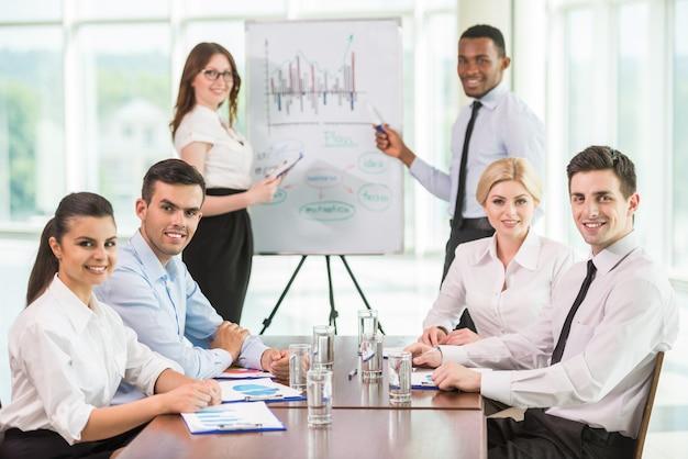 Pessoas comentando resultados de marketing com colegas. Foto Premium