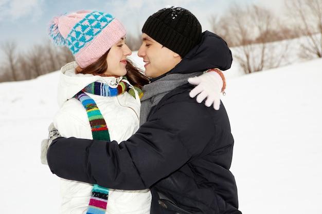 Pessoas de ambos os sexos abraço ocasional Foto Premium