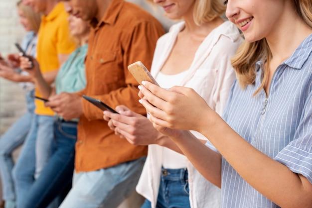 Pessoas de close-up, verificação de dispositivos Foto gratuita