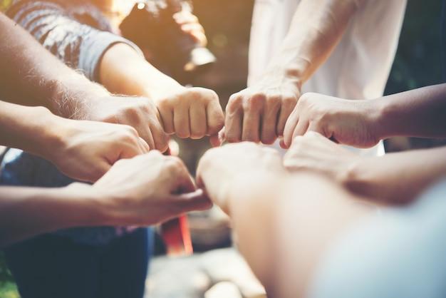 Pessoas de força reunião de sucesso das mãos Foto gratuita