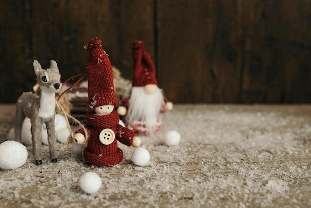 Pessoas de natal com veados e espaço de cópia Foto gratuita