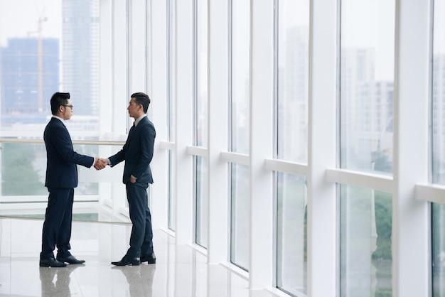 Pessoas de negócios, apertando as mãos Foto gratuita
