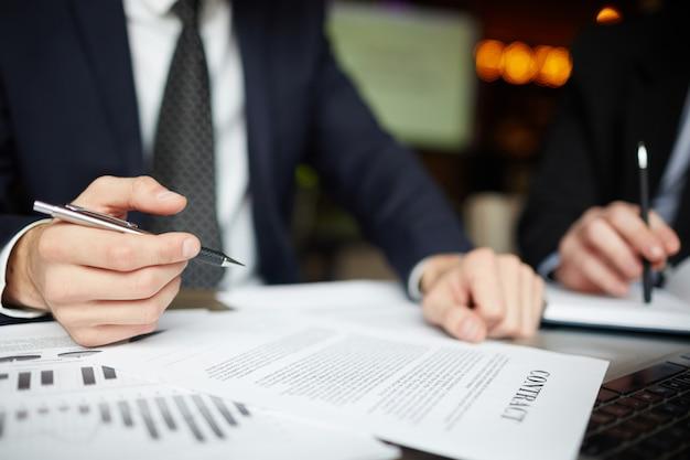 Pessoas de negócios assinando contrato closeup Foto gratuita