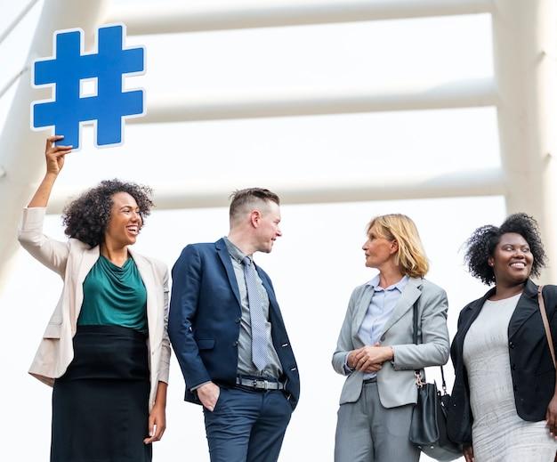Pessoas de negócios bem sucedidas e conectadas Foto gratuita