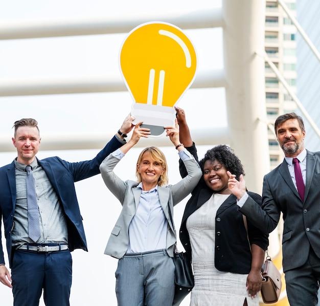 Pessoas de negócios bem sucedidos com idéias Foto gratuita
