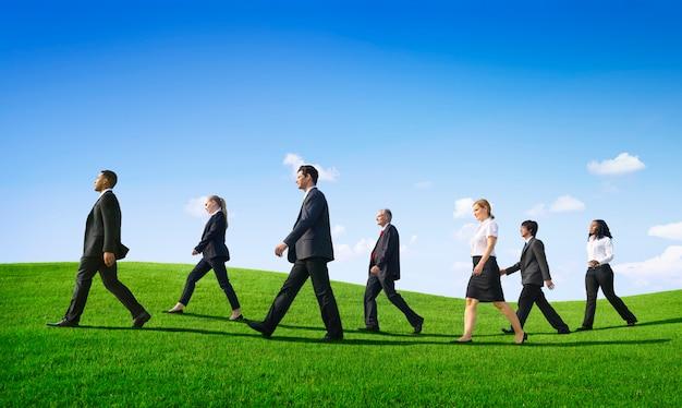 Pessoas de negócios caminhando ao ar livre o caminho a seguir Foto gratuita