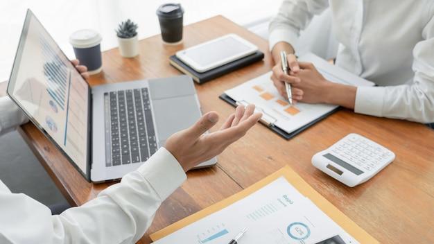Pessoas de negócios, conversando e discutindo em uma reunião Foto Premium
