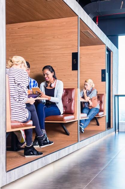 Pessoas de negócios criativas no espaço de coworking Foto Premium