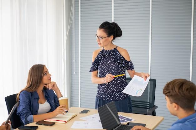 Pessoas de negócios criativos trabalhando no escritório de negócios de inicialização e reunião por papelada na mesa Foto Premium