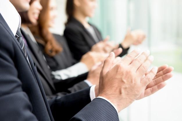 Pessoas de negócios, dando um aplauso Foto Premium