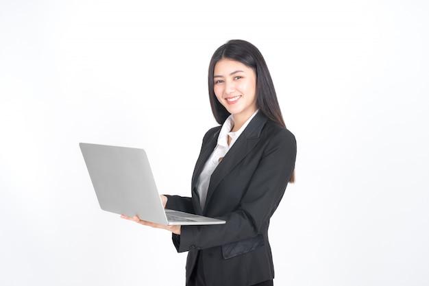 Pessoas de negócios de estilo de vida usando o computador portátil na mesa de escritório Foto gratuita