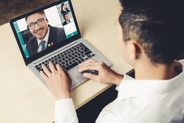 Pessoas de negócios de videochamada reunidas no local de trabalho virtual ou escritório remoto Foto Premium