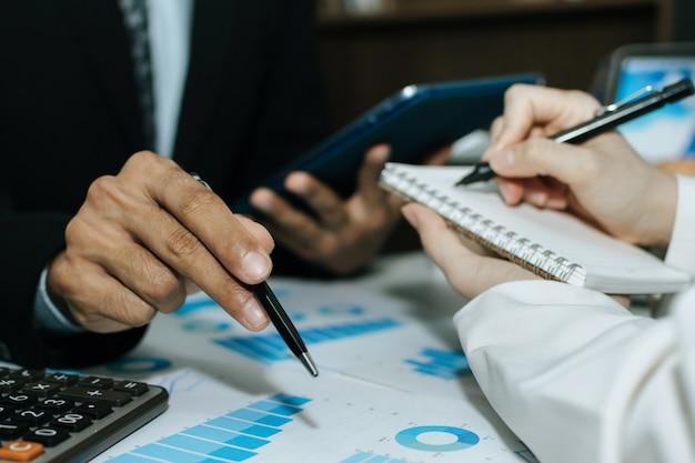 Pessoas de negócios do grupo reunião e planejamento sobre negócios de finanças estratégia com relatório de documento na mesa no escritório da sala de reuniões, parceiro, liderança, brainstorming, reunião da empresa, conceito financeiro Foto Premium