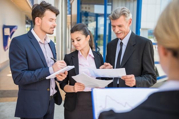 Pessoas de negócios em ternos discutindo a estratégia de negócios. Foto Premium