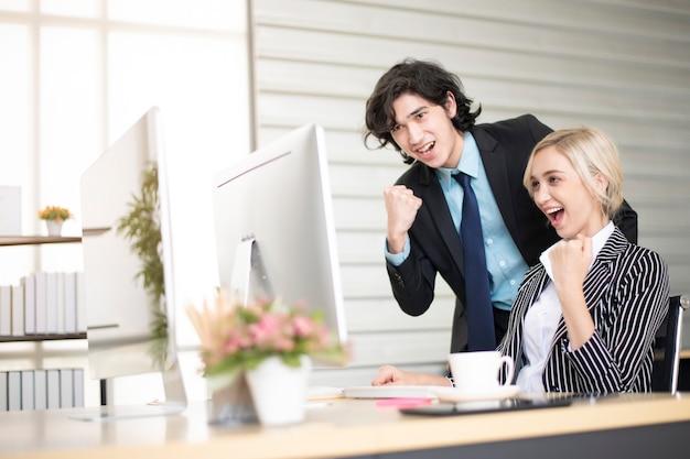 Pessoas de negócios estão felizes com o sucesso comercial no escritório Foto Premium