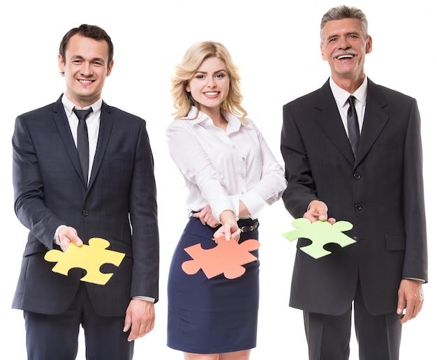 Pessoas de negócios estão querendo puzzle juntos em branco. Foto Premium