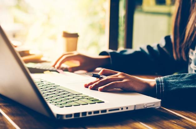 Pessoas de negócios estão trabalhando com laptops. Foto Premium