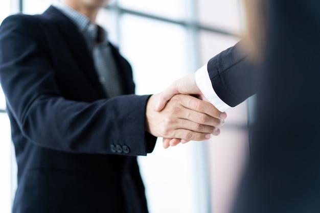 Pessoas de negócios, fazendo um aperto de mão depois de negócios Foto Premium
