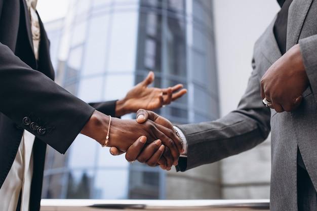 Pessoas de negócios na áfrica, apertando as mãos Foto gratuita