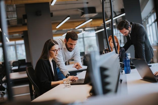 Pessoas de negócios no escritório moderno Foto Premium