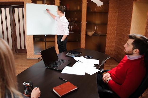 Pessoas de negócios no escritório, realizando uma conferência e discutindo estratégias. Foto Premium
